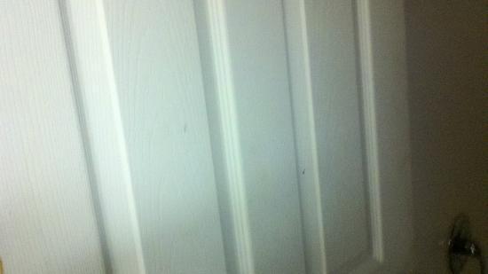 Days Inn Liberty/NE Kansas City : Blood splattered on bathroom door.