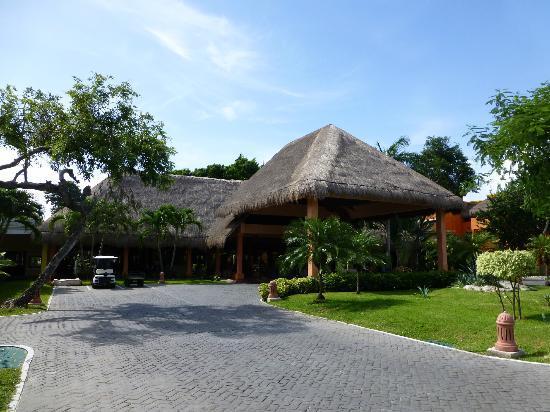 Iberostar Tucan Hotel: Vista de la entrada
