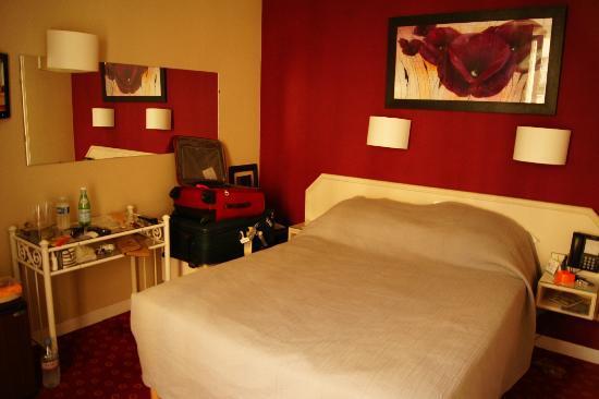 Hotel de l'Alma: Quarto pequeno para brasileiros que viajam com malas grandes!