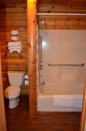 The Lodge at Lolo Hot Springs: Bathroom