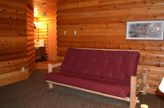 The Lodge at Lolo Hot Springs: Sitting area and hall leading to the bathroom