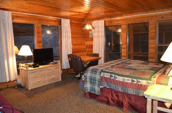 The Lodge at Lolo Hot Springs: King Room w/wooded view