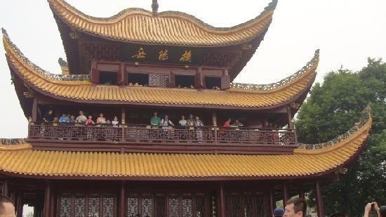 Yueyang Pavilion (Yueyang Lou): 登上岳陽樓