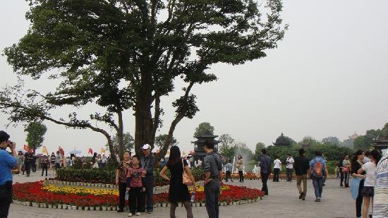 Yueyang Pavilion (Yueyang Lou): 遊訪旅客紛紛留影