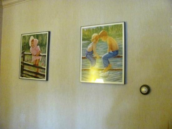 Econo Lodge By the Falls : Art on the walls of our room.