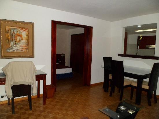 Aparta Suite Torre Poblado: sala y comedor en la habitacion