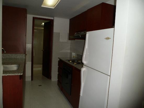 Aparta Suite Torre Poblado: cocina completamente equipada
