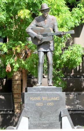 Hank Williams Museum: Hank statue a couple blocks away