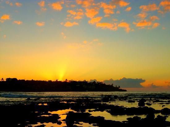 Poipu Beach Park : sunrise over Poipu reflecting in the tidepools