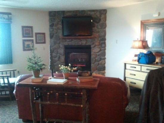 Stoney Creek Hotel & Conference Center - Wausau: Fireplace Suite w/gas fireplace, leather sofa, chair & ottoman