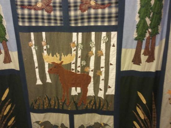 Stoney Creek Hotel & Conference Center - Wausau: Woodsy themed shower curtain in large bathroom