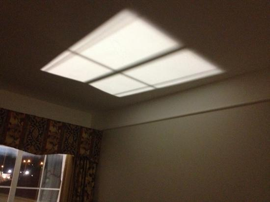 La Quinta Inn & Suites Oklahoma City - Moore: spotlight shining from ground level into window at night in room 207
