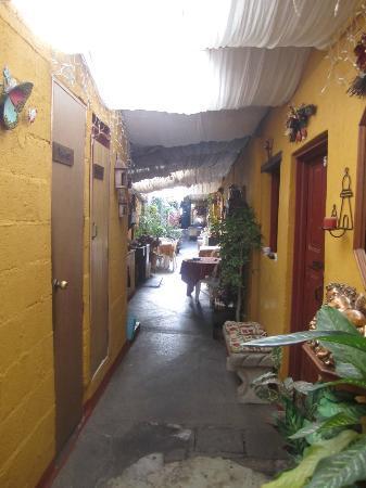 Hotel Los Encuentros: entranceway/sitting areas