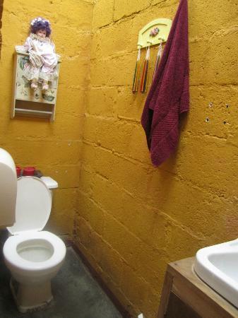 Hotel Los Encuentros: Communal bathroom