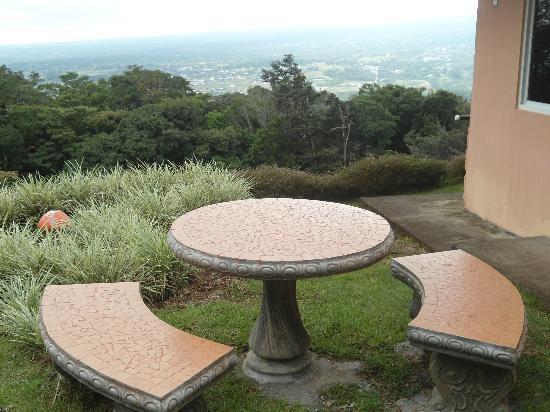 Cabanas El Parador: Area del jardín con espectacular vista