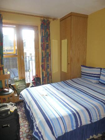 Barnacles Hostel Temple Bar: Small but Clean Bedroom