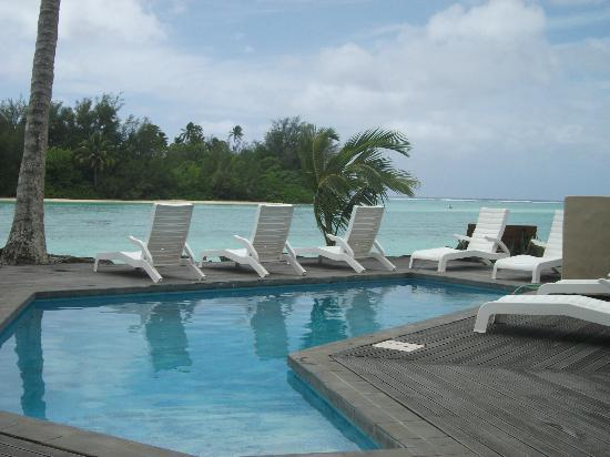 Manea Beach Villas: pool and loungers