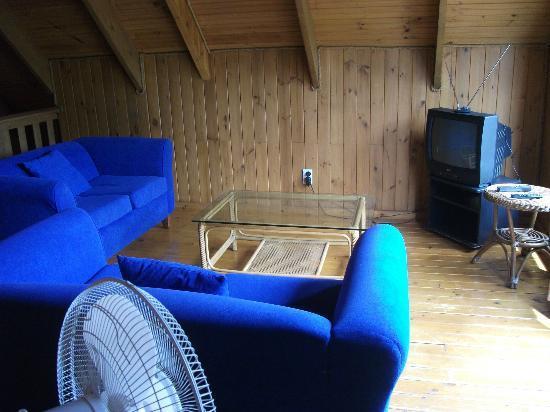 Manea Beach Villas: upstairs lounge area
