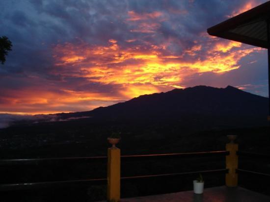 Cabanas El Parador: Atardecer con con vista al Volcán Baru