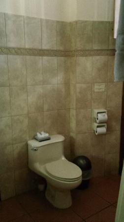Hotel Plaza Colon: Toilet