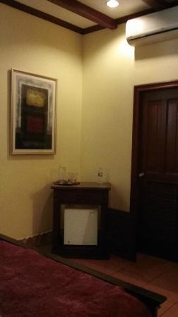 Hotel Plaza Colon: Wet Bar & Bathroom Door