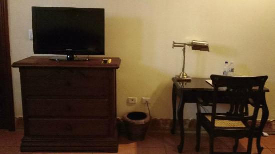 Hotel Plaza Colon: TV and Desk