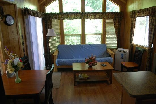 Gold Country Campground and Resort : The living room of Cottage #2