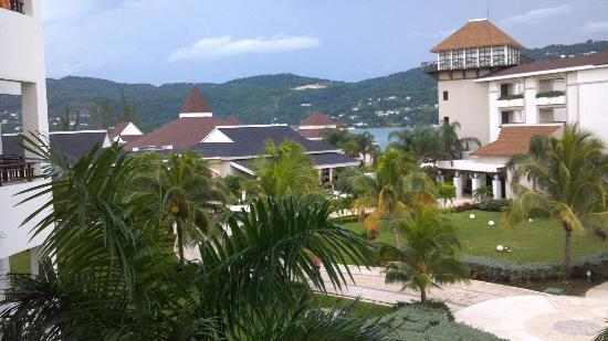 Secrets Wild Orchid Montego Bay: View of restaurant area from side of balcony