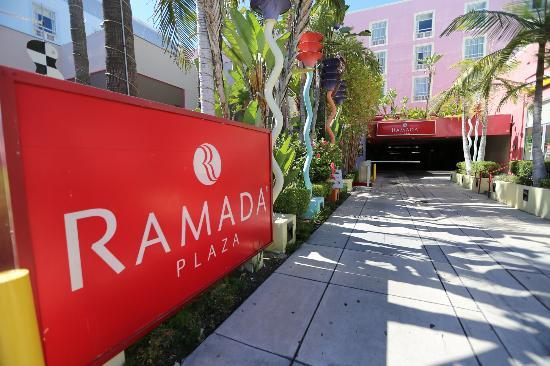 Ramada Plaza West Hollywood Hotel & Suites: Entrance to Hotel.