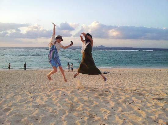 沖縄県, 瀬底ビーチで夕日!カップルいっぱいやったけど、負けない!!