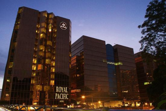 The Royal Pacific Hotel & Towers: ホテル外観