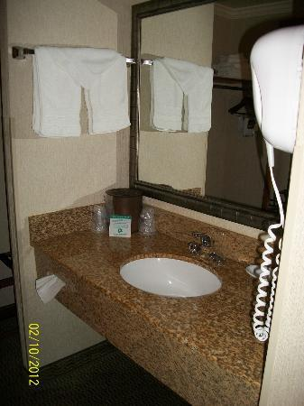 ‪‪BEST WESTERN Holiday Hotel‬: Bathroom vanity‬