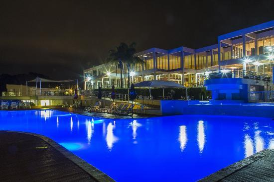 Opal Cove Resort: Opal Cove by night...