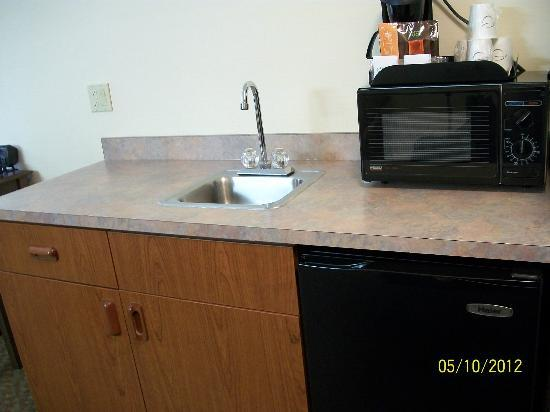 Comfort Suites : Sink, microwave and fridge