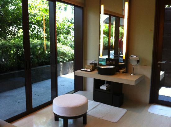 Capella Singapore: luxurious bathroom of our villa