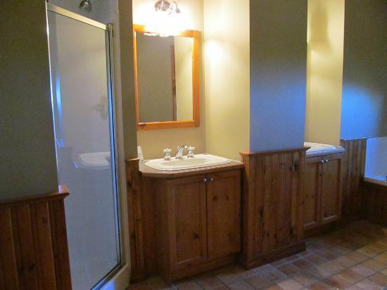 Blue Mountain Chalets : Ensuite bathroom