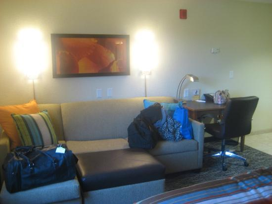 HYATT house San Diego/Carlsbad: Living area with sofabed and desk