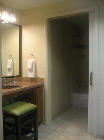 HYATT house San Diego/Carlsbad: Sink outside the bathroom