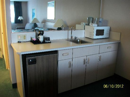 Shilo Inn Suites - Coeur d'Alene: Counter with microwave, fridge and sink