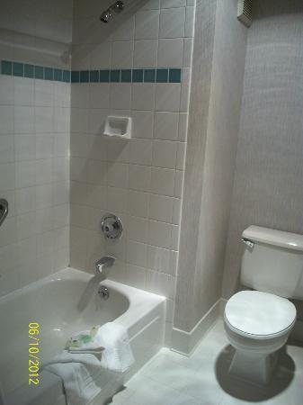 Shilo Inn Suites - Coeur d'Alene: Bathroom