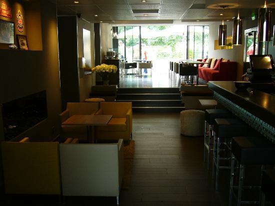 Hotel de France: Bar avec vue sur la grande terrasse en teck