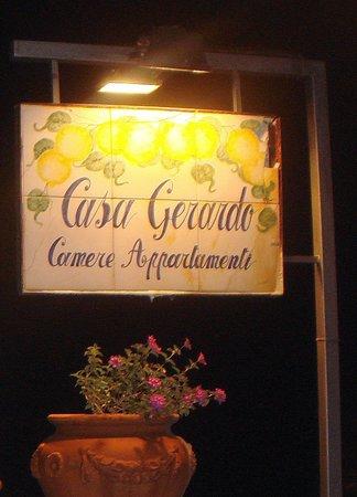 Casa Gerardo: Insegna sulla strada
