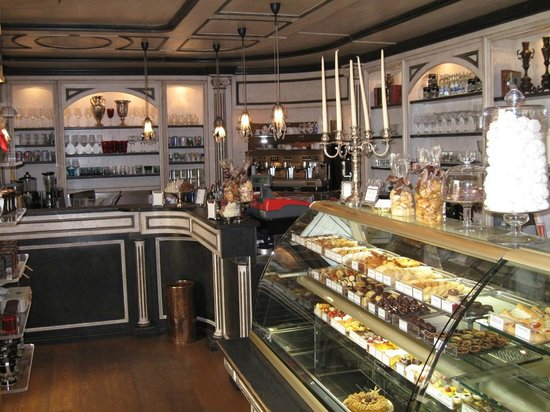 Pasticceria Andemarian: Inside the cake shop