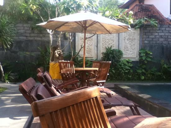 Amansari Villa: Sun lounges, garden
