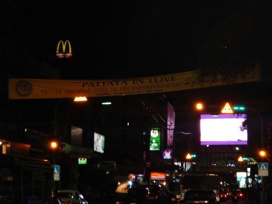 The A.A. Pattaya Residence: la route devant l hotel