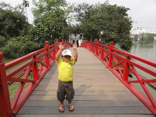 Tu Linh Palace Hotel: Near Hoan Kiem lake
