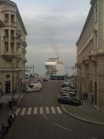 Hotel Duchi Vis a Vis : Vista dalla camera della Costa Crocere in arrivo