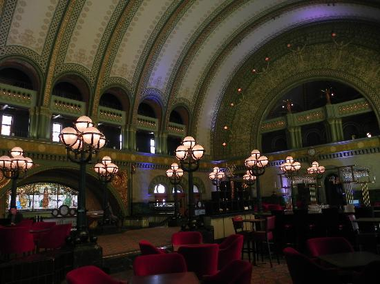 St. Louis Union Station Hotel, Curio Collection by Hilton: La hall e il bar