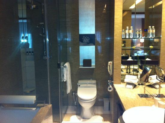 Les Suites Orient, Bund Shanghai : The bathroom