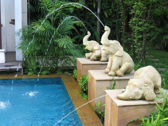 RarinJinda Wellness Spa Resort: Elephant fountains at the Pool
